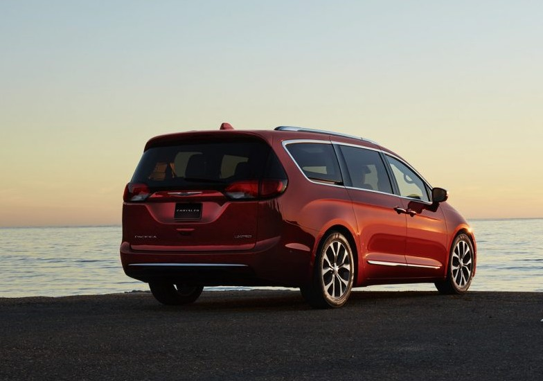 sell your car in chrysler pacifica hybrid a perfect family vehicle. Black Bedroom Furniture Sets. Home Design Ideas