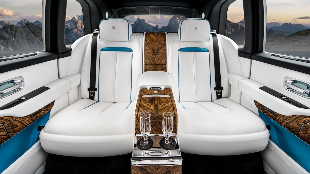 sell your car in rolls royce cullinan luxurious large suv with. Black Bedroom Furniture Sets. Home Design Ideas